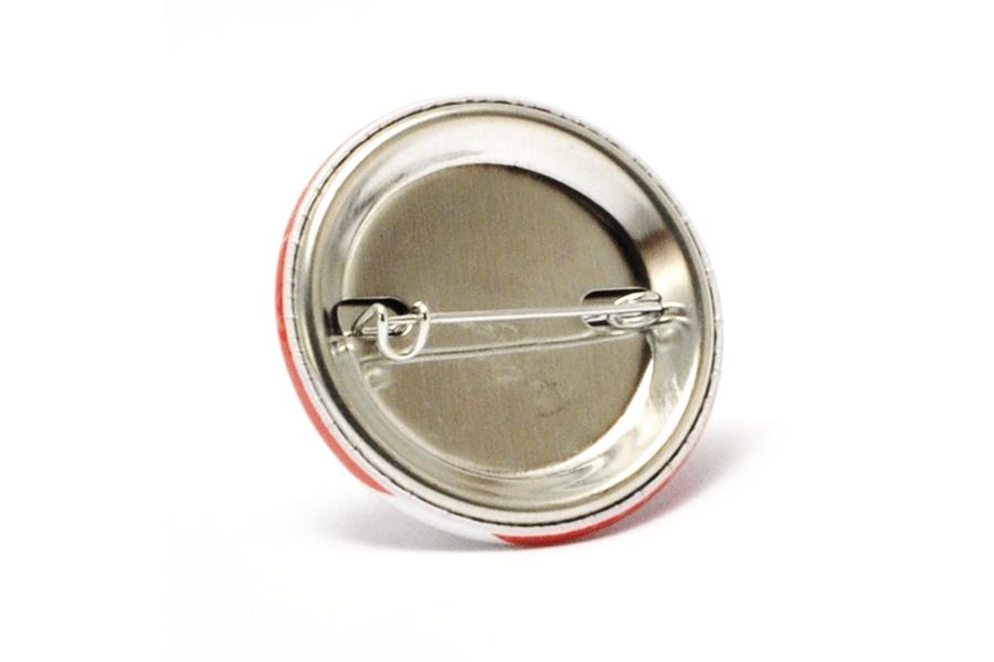 metalowa przypinka zapinana na agrafke